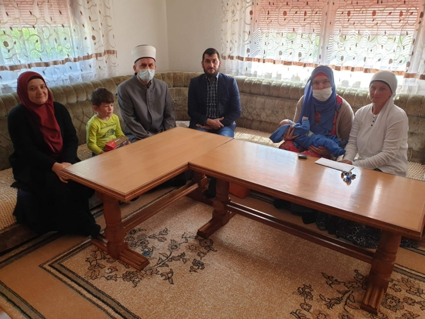 U Bužimu uručen dar Reisu-l-uleme porodici sa šestim novorođenčetom